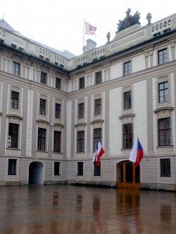 Na Pražském hradě zavlála polská vlajka se smutečními pruhy