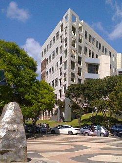 Jedna z moderních budov univerzity