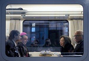 Prezident s manželkou, předsedou vlády a pražským arcibiskupem ve vlaku Pendolino