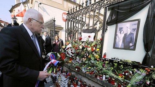 Prezident podepsal kondolenční knihu a položil kytici před budovu polského velvyslanectví