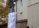 Odhalení památníku lva u Pacassiho brány Pražského hradu