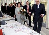 Prezident s doprovodem při prohlídce budovy radnice