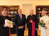 Gratulace zástupců České biskupské konference v čele s arcibiskupem Mons. Dominikem Dukou