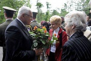 """Prezident s """"Ležáckými dětmi"""", s Jarmilou Doležalovou a Marií Jeřábkovou"""